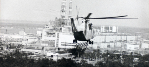 A helicopter approaches the Chernobyl Nuclear Power Plant to check the damage to the nuclear reactor. April 1986. (Src. UN Photo/IAEA)
